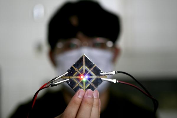 삼성디스플레이직원이 신규 유기재료의성능을 평가하고 있다. (사진=삼성디스플레이 제공)